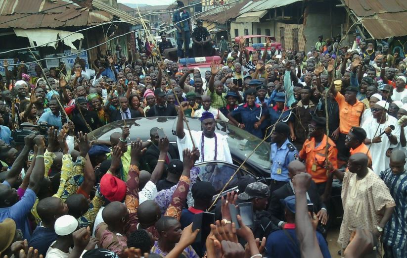 Ooni designate, Prince Adeyeye Enitan Ogunwusi, acknowledging cheers from the crowd on his arrival to Ile-Ife