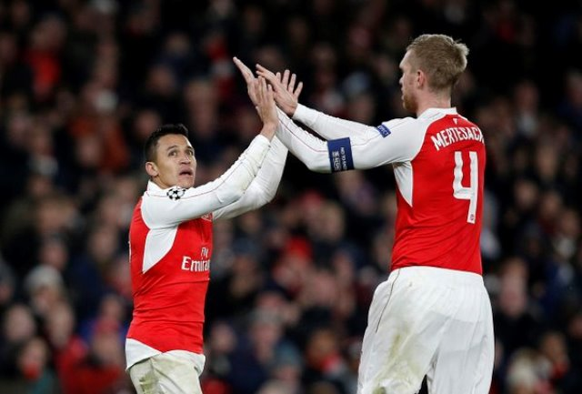 Sanchez, Ozil keep Arsenal's hopes alive