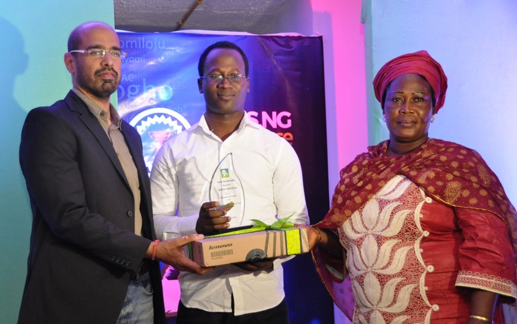 L-R: Vice President, Digital Services, Airtel Nigeria, Nitin Anand; one of the outstanding students in 2015 UTME and Pass.ng Awardee, Wasiu Abiodun with his mother, Mrs. Abiodun during the award presentation at the Pass.ng Excellence Awards 2015 held in Ikoyi, Lagos on Friday.