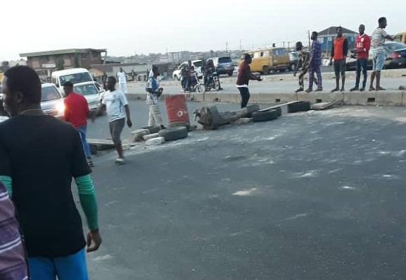 Mangoro residents on rampage as police shot dead another youth in Lagos